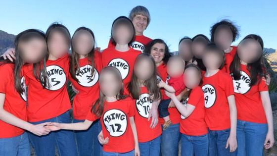 Mỹ: Cặp vợ chồng bạo hành 13 con đẻ nhận tội ảnh 1