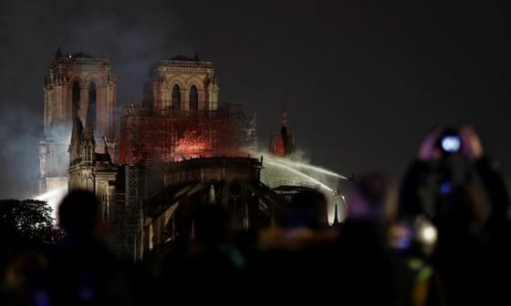 Vụ cháy Nhà thờ Đức Bà Paris: Bảo toàn được phần tháp chuông chính và tường nhà thờ ảnh 5