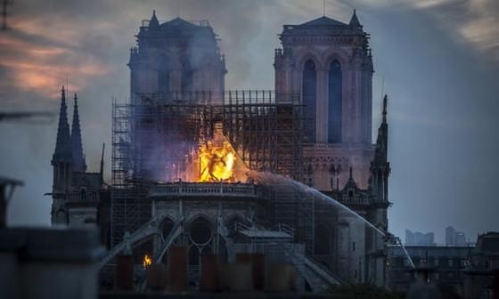 Vụ cháy Nhà thờ Đức Bà Paris: Bảo toàn được phần tháp chuông chính và tường nhà thờ ảnh 1