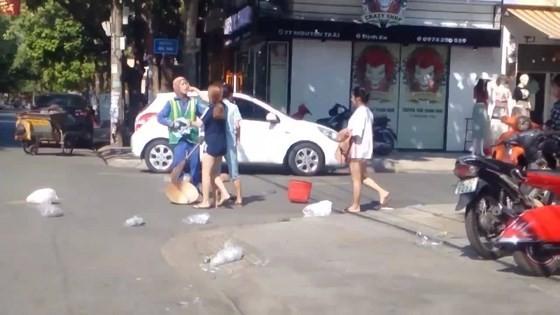 Điều tra vụ nữ lao công bị đánh khi nhắc nhở bỏ rác ảnh 1