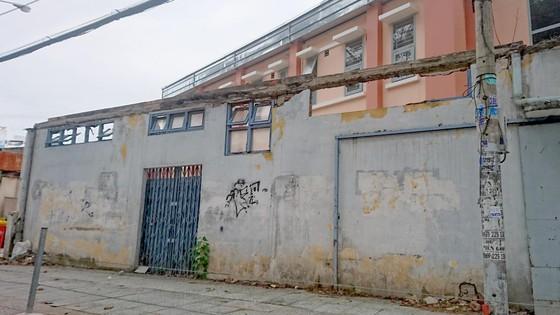Nguy cơ cao sập hàng rào bên hông Bệnh viện Trưng Vương  ảnh 1