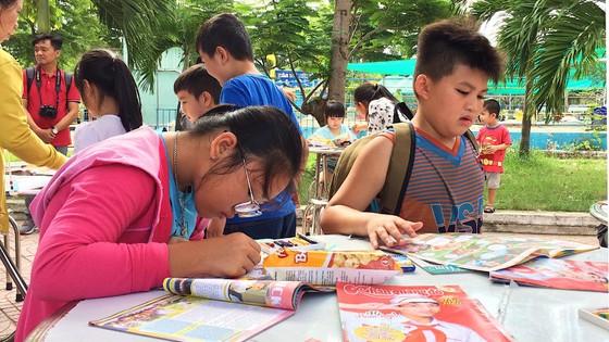 Trao tặng xe đạp và hàng ngàn quyển tập cho học sinh huyện Hóc Môn ảnh 1