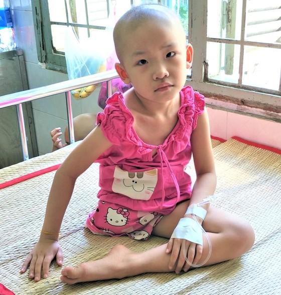 Bé gái 6 tuổi mất chân vì ung thư xương ảnh 1