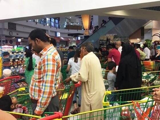 Người Qatar vội vã tích trữ thực phẩm, ồ ạt rút tiền khỏi ngân hàng ảnh 4