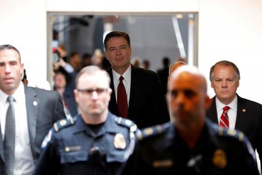 Cựu giám đốc FBI James Comey điều trần trước Ủy ban Tình báo Thượng viện Mỹ hôm 8-6. Ảnh: Reuters