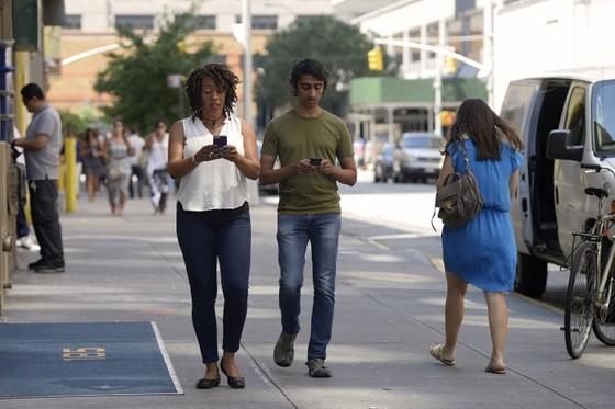 Phạt tiền người đi bộ dùng điện thoại ảnh 1