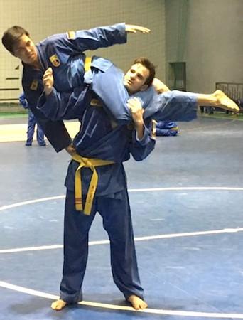 Đình Du (trên) và Vincent tập luyện đòn chân.      Ảnh: H.TH