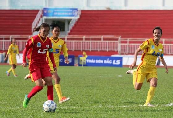 Quả bóng vàng nữ 2016 Huỳnh Như (trái) có cú đúp góp vào chiến thắng tưng bừng của TPHCM I.   Ảnh: Dũng Phương