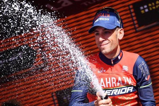 Vincenzo Nibali ăn mừng chiến thắng.