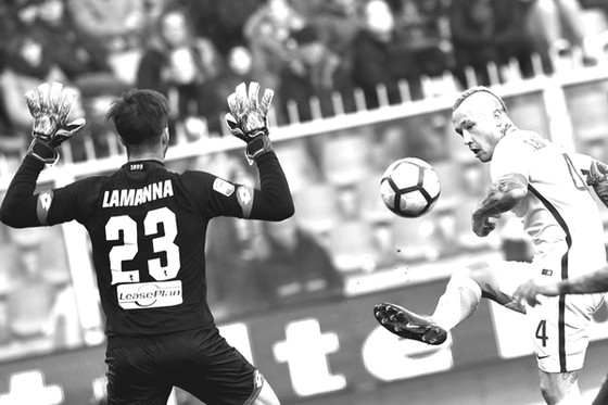 Radja Nainggolan (phải, Roma) sút bóng qua tay thủ thành Eugenio Lamanna (Genoa).