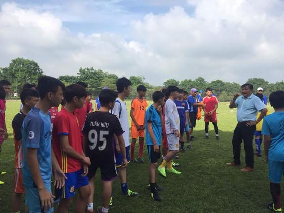 Giám đốc kỹ thuật Đặng Trần Chỉnh phổ biến quy định cho các thí sinh trước buổi kiểm tra. Ảnh: Long Vĩnh.
