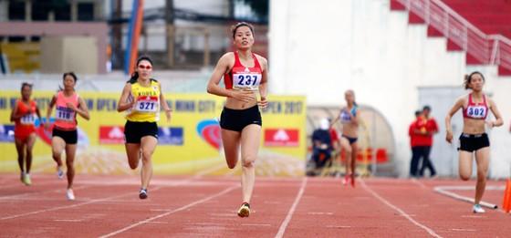 Nguyễn Thị Huyền thắng dễ cự ly 400m nữ.