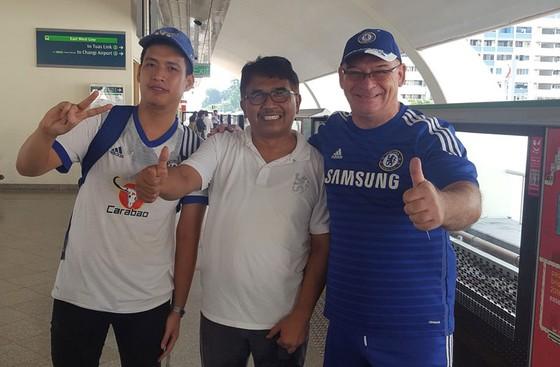 Tác giả và các CĐV Chelsea đến từ những đất nước khác nhau