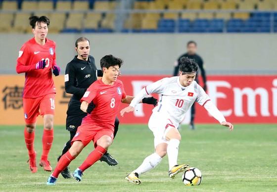 Công Phượng nỗ lực đi bóng trước các hậu vệ Hàn Quốc   Ảnh: ANH TRẦN