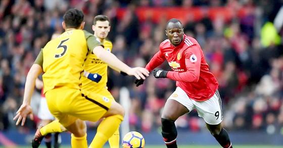 Các hậu vệ Brighton từng khiến Lukaku (phải) vất vả ở trận lượt đi