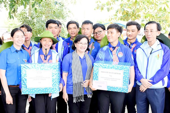 Lãnh đạo TPHCM thăm chiến sĩ tình nguyện Mùa hè xanh ảnh 1
