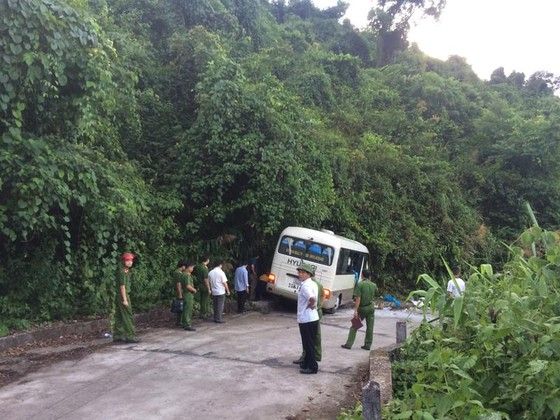 Xe chở du khách Singapore đâm vào vách đá trên núi Bạch Mã, 18 người bị thương   ảnh 4