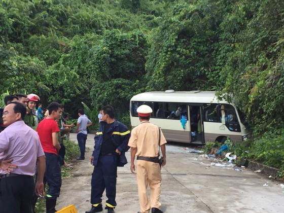 Xe chở du khách Singapore đâm vào vách đá trên núi Bạch Mã, 18 người bị thương   ảnh 3