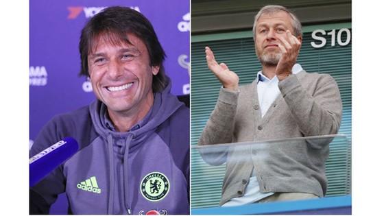 Conte (ảnh trái) được thưởng lớn sau khi đưa Chelsea  vô địch Premier League.