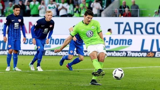 Tiền đạo Mario Gomez thực hiện thành công quả penalty giúp Wolfsburg giành chiến thắng. Ảnh: Bundesliga.com