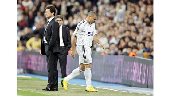 Ronaldo (phải) không bằng lòng với Capello.