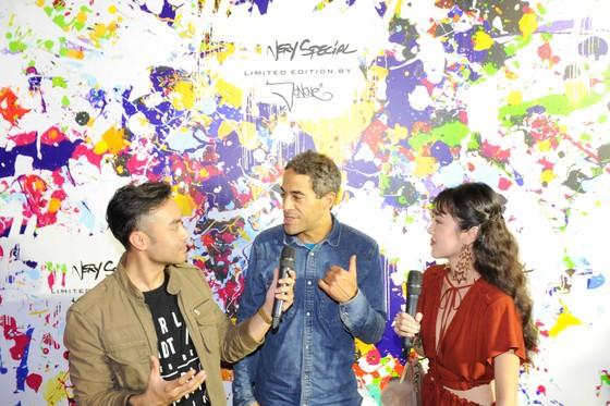 Nghệ sĩ JonOne (giữa) giao lưu cùng các bạn trẻ.
