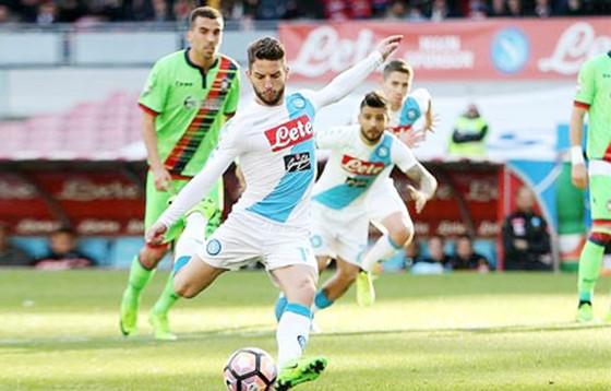 Napoli (áo trắng) nhiều khả năng sẽ thắng Hellas Verona để củng cố vị trí nhất bảng