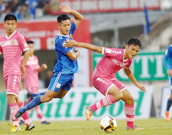 CLB Sài Gòn (áo hồng) trong trận hòa 1 - 1 với QNK Quảng Nam
