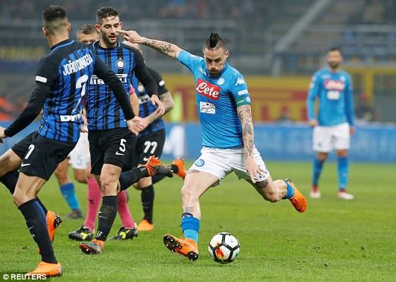 Marek Hamsik (Napoli) tung cú sút trước hàng phòng ngự Inter