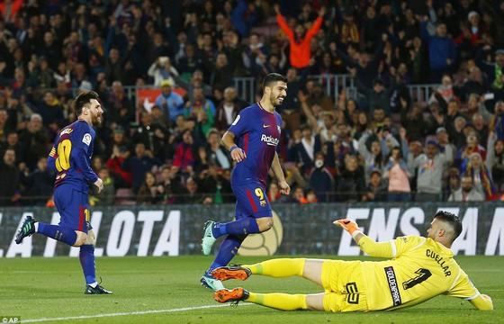 Messi (trái) trong pha ghi bàn vào lưới thủ môn Cuellar của Leganes. Ảnh: AP