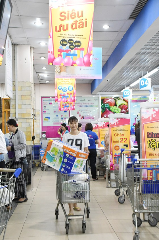 """Siêu thị Co.opmart tấp nập người dân """"gom hàng"""" gia dụng giảm giá vào đầu tuần ảnh 1"""