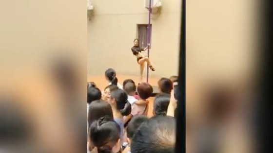 Sa thải hiệu trưởng cho múa cột trong lễ khai giảng tại trường mẫu giáo Thâm Quyến ảnh 1