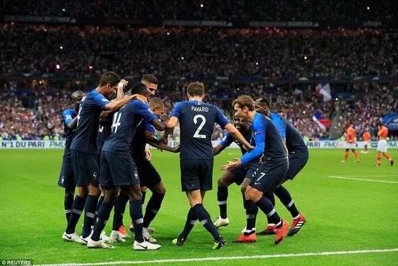 Các cầu thủ Pháp vui mừng sau khi K. Mbappe ghi bàn mở tỷ số. Ảnh: Reuters