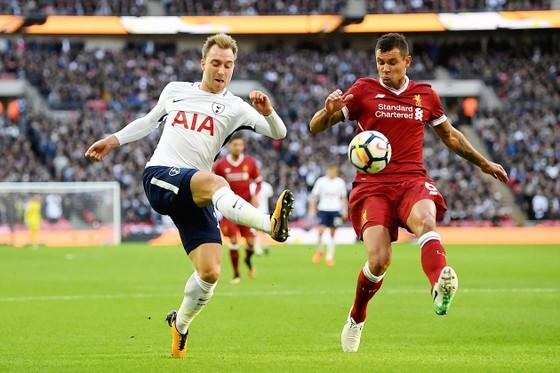 Tottenham (trái) sẽ không dễ chịu thua thiệt tại nơi họ từng vùi dập Liverpool 4-1 gần 1 năm trước
