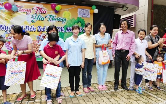 Báo SGGP vui Tết Trung thu cùng các cháu tàn tật mồ côi ảnh 2