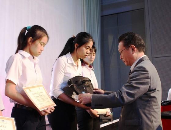 Trao 400 phần học bổng cho học sinh nghèo vượt khó ở Đồng Nai ảnh 3