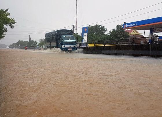 """""""Hậu bão số 9"""" vẫn gây mưa lớn trên diện rộng ảnh 1"""