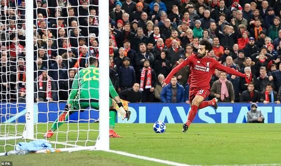 Salah trong pha đối mặt với thủ môn D. Ospina của Napoli.
