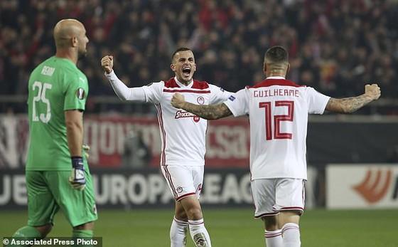 Niềm vui của các cầu thủ Olympiacos sau khi đánh bại AC Milan