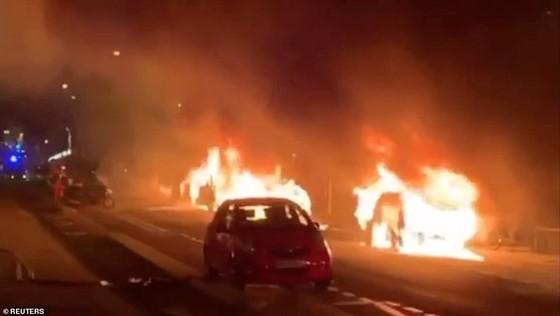 Pháp: Phe Áo vàng lại biểu tình, tháp Eiffel chìm trong khói đen ảnh 1