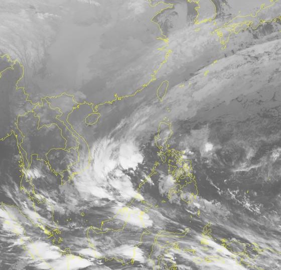 Áp thấp nhiệt đới có nguy cơ thành bão tại Nam biển Đông ảnh 1