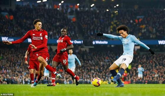 Leroy Sane tung cú sút ghi bàn ấn định chiến thắng 2 - 1 cho Manchester City.