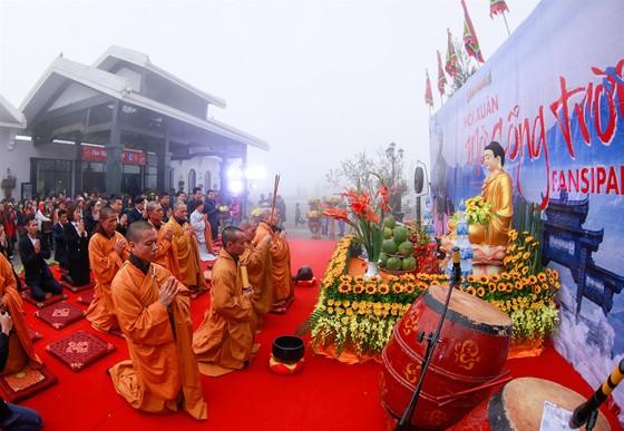 Khai hội xuân mở cổng trời Fansipan, du khách nô nức về chiêm bái xá lợi Phật trên đỉnh thiêng ảnh 1