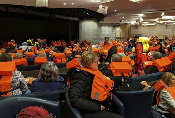 Giải cứu du thuyền chở 1.373 người bị hỏng máy ngoài khơi Na Uy  ảnh 1