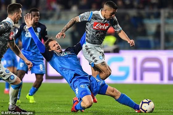 Napoli (áo xám) trong cuộc đối đầu với chủ nhà Empoli.
