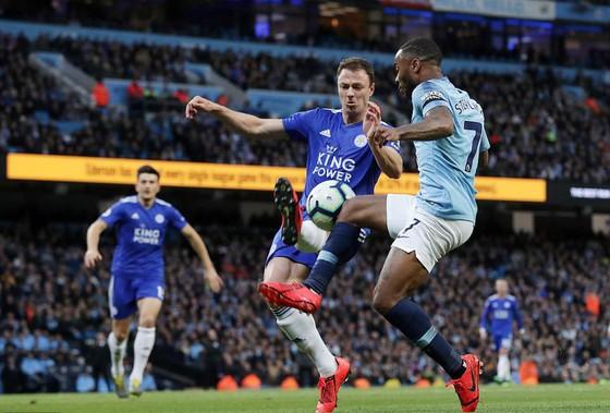 Cú sút thần sầu của V. Kompany đưa Manchester City đến gần ngôi vô địch ảnh 1