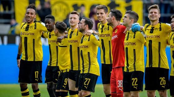 Niềm vui của các cầu thủ Dortmund sau khi giành được một chiến thắng quan trọng trước Hoffenheim