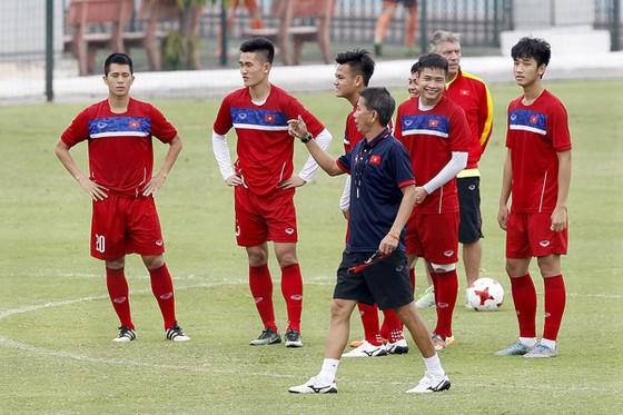 HLV Hoàng Anh Tuấn và các học trò sẽ chơi hết mình trước U20 Argentina. Ảnh: Minh Hoàng