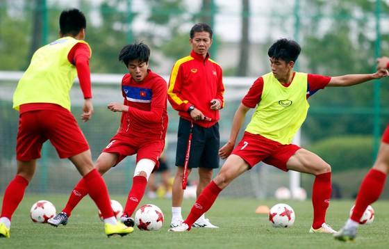 HLV Hoàng Anh Tuấn cho các học trò tập nhuyễn các bài phòng thủ. Ảnh: Anh Khoa