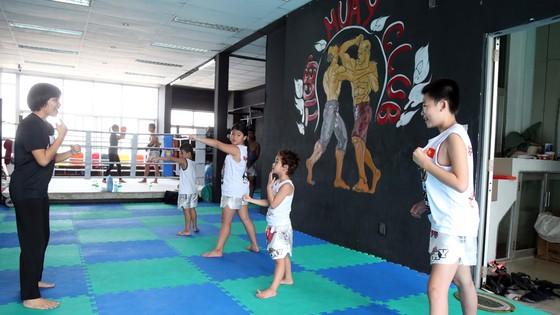 HLV Phùng Ngọc Mai hướng dẫn các bé tập võ thuật tự vệ